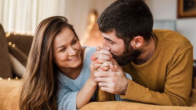 Средний выстрел мужчина целует руку женщины Бесплатные Фотографии