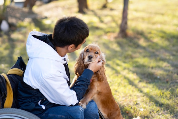 Cane petting uomo a tiro medio Foto Gratuite