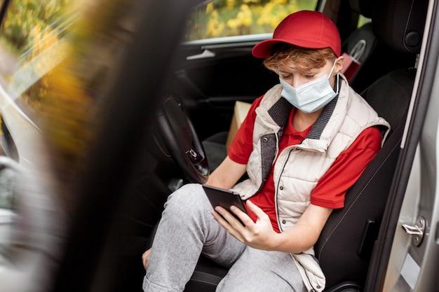 車に座っているミディアムショットの男 無料写真
