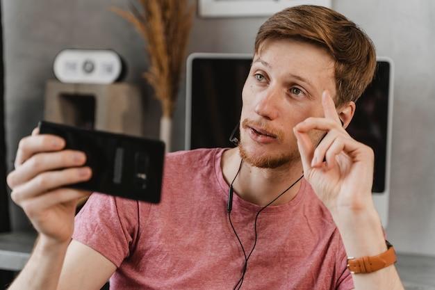 Человек среднего кадра, транслирующий по телефону Бесплатные Фотографии
