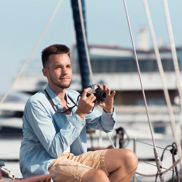 Человек среднего кадра фотографирует Premium Фотографии