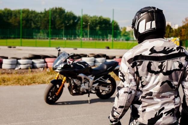 Мужчина среднего роста идет к мотоциклу Бесплатные Фотографии