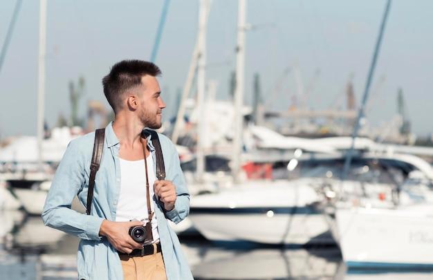 Средний снимок человека со старой камерой Premium Фотографии