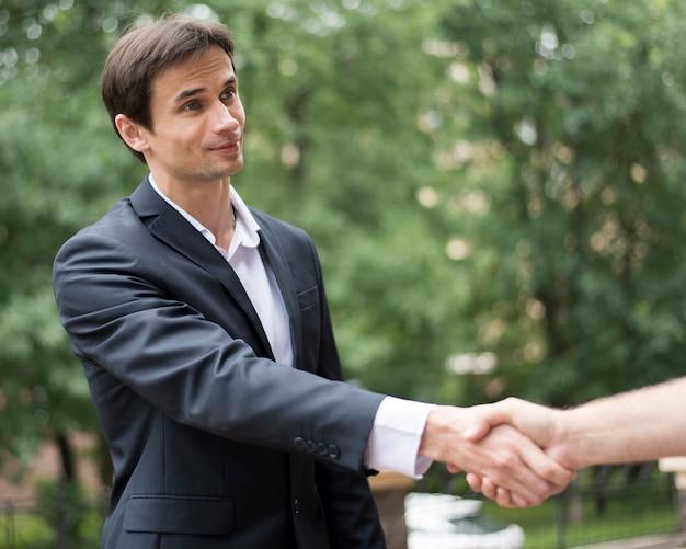 Colpo medio degli uomini che agitano le mani Foto Gratuite
