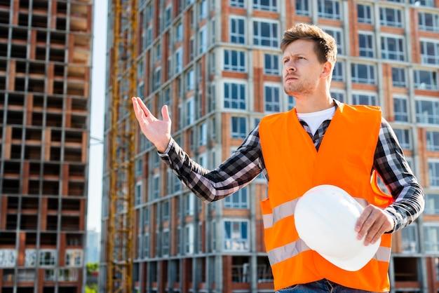 Средний снимок разгневанного строителя Бесплатные Фотографии