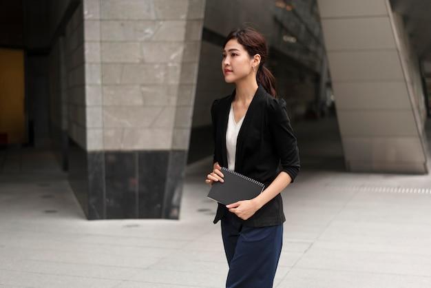 Средний снимок красивой деловой женщины Бесплатные Фотографии