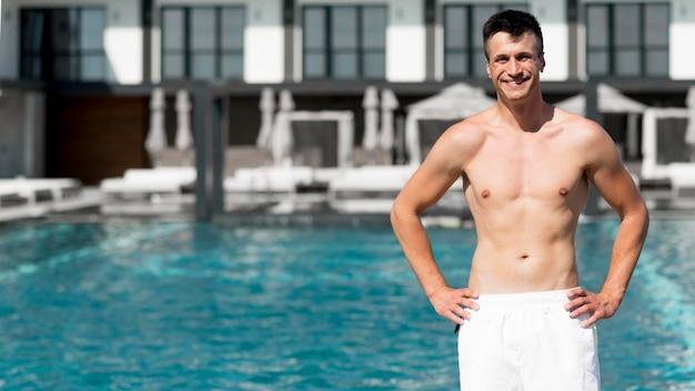 プールで美しい男のミディアムショット 無料写真