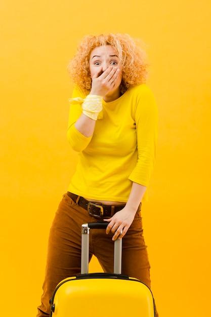 Средний снимок блондинки с чемоданом Бесплатные Фотографии