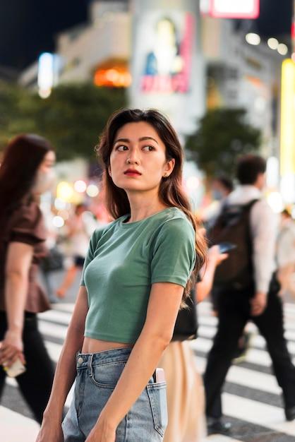 東京のかわいい女の子のミディアムショット 無料写真