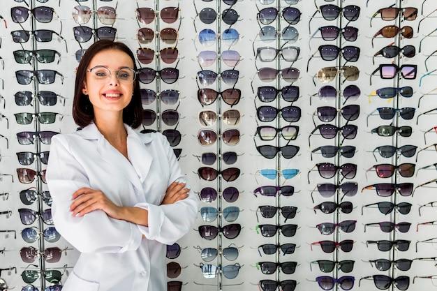 Medium shot of optician with sunglasses display Free Photo