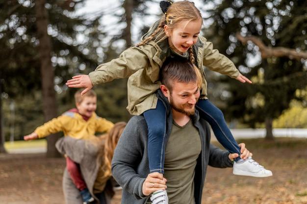 Родители среднего размера и дети веселятся Premium Фотографии