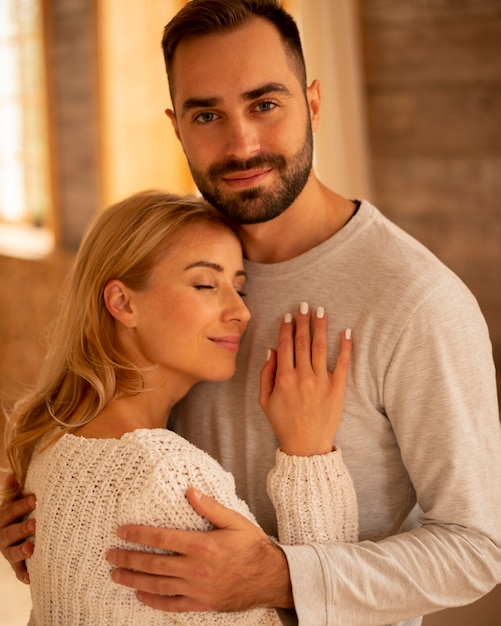 Средний план мирной пары в помещении Бесплатные Фотографии