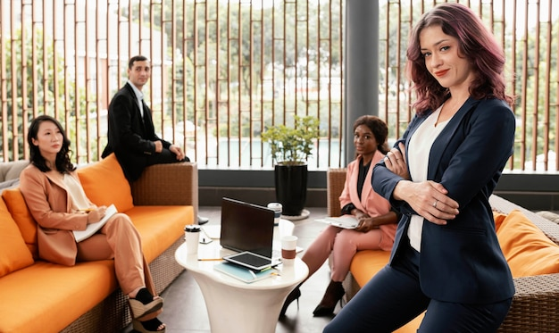 Средний снимок людей на встрече позирует Premium Фотографии