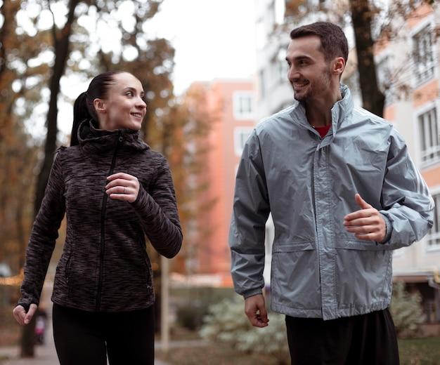 屋外で走っているミディアムショットの人々 無料写真