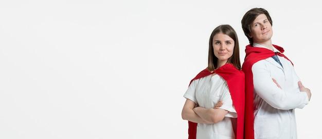 Colpo medio persone con mantelle Foto Gratuite
