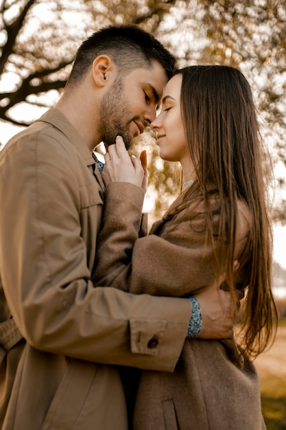 Coppia romantica di tiro medio all'aperto Foto Gratuite