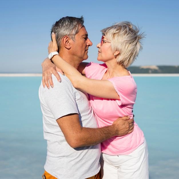 Средний снимок романтического момента старшая пара Бесплатные Фотографии