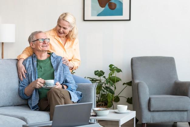 Средний снимок старшей пары в помещении Бесплатные Фотографии