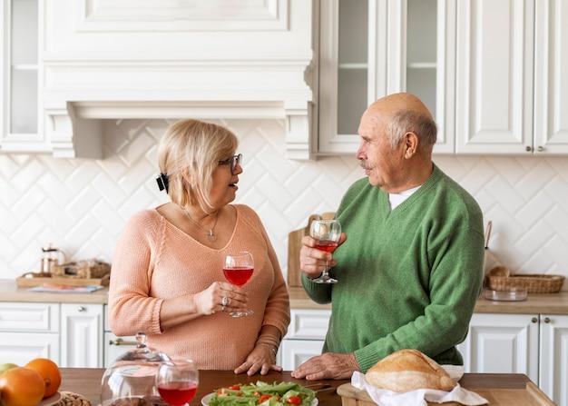 음료와 함께 중간 샷 노인 부부 무료 사진