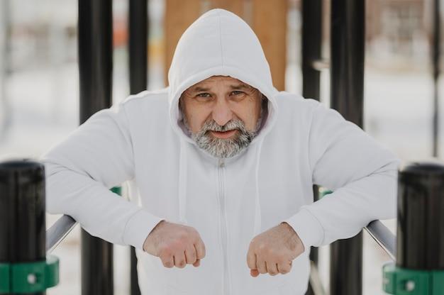 Uomo anziano del colpo medio all'aperto Foto Gratuite