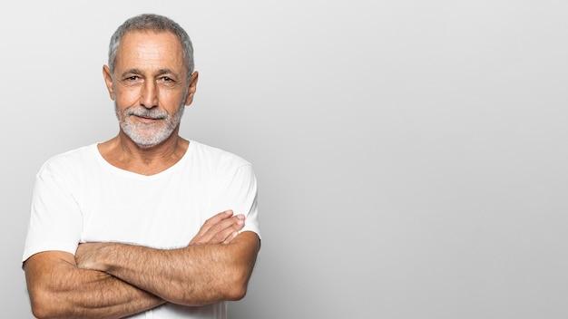 Uomo anziano del colpo medio con le braccia incrociate Foto Gratuite