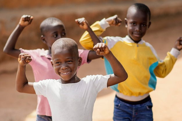 ミディアムショットスマイリーアフリカの男の子 無料写真