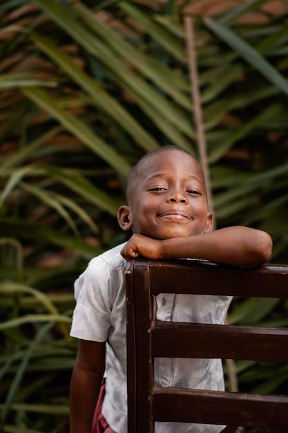 ミディアムショットスマイリーアフリカの子供 Premium写真