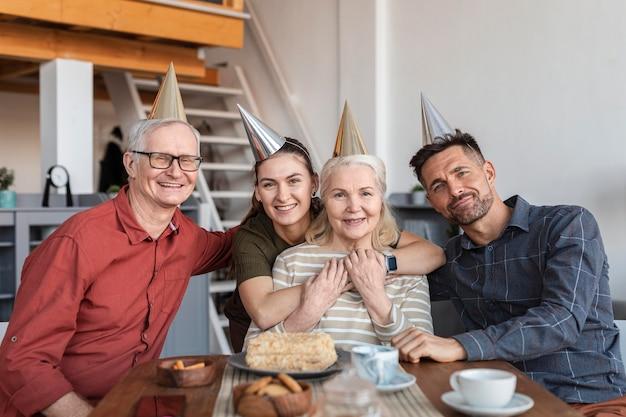 중간 샷 웃는 부품 군 테이블 프리미엄 사진