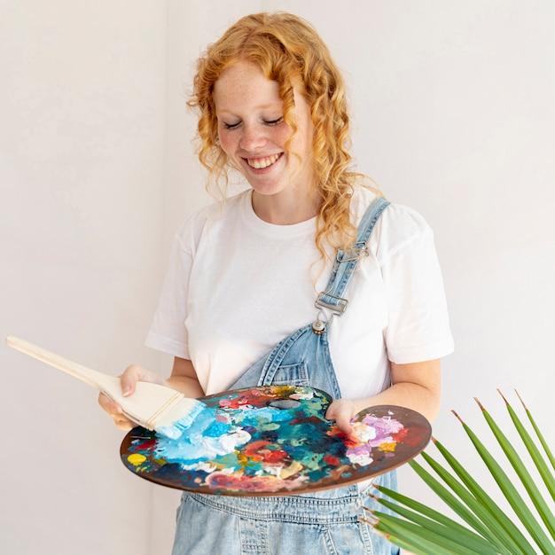 Смайлик среднего размера с палитрой живописи Бесплатные Фотографии