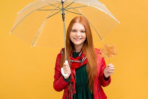傘でミディアムショットのスマイリーの女の子 無料写真