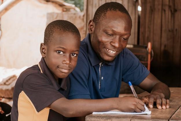Scrittura del bambino di smiley del colpo medio Foto Gratuite