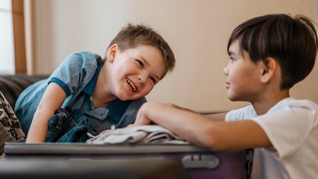 Bambini di smiley colpo medio che imballano Foto Gratuite