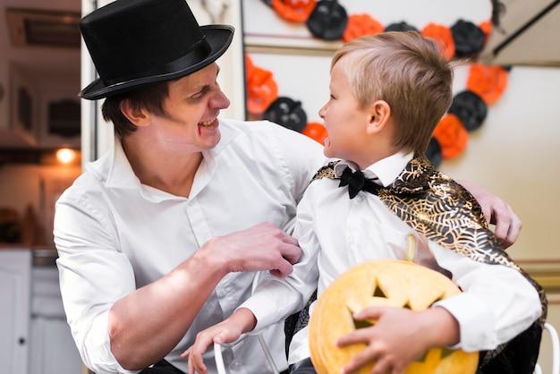 Улыбающийся мужчина и ребенок среднего кадра Бесплатные Фотографии