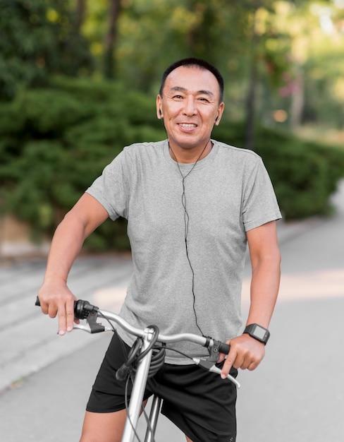 Средний выстрел смайлик на велосипеде Бесплатные Фотографии