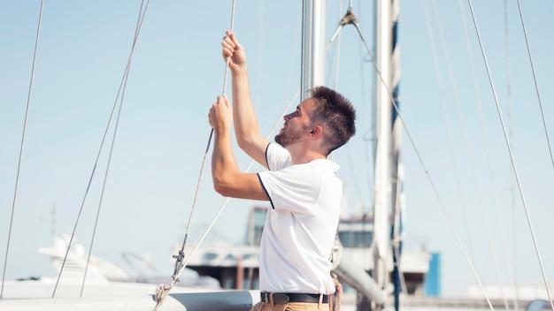 Средний снимок смайлика на лодке Бесплатные Фотографии
