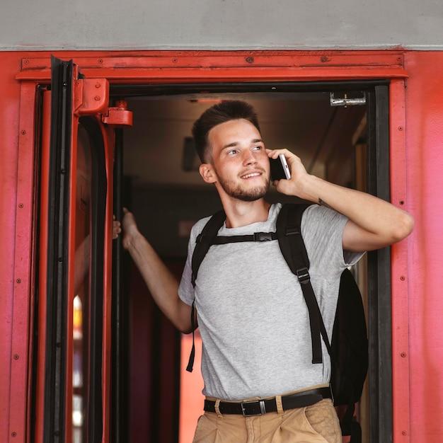 Смайлик среднего кадра разговаривает по телефону Бесплатные Фотографии