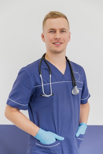Veterinarian posing with uniform. | Photo: Pexels