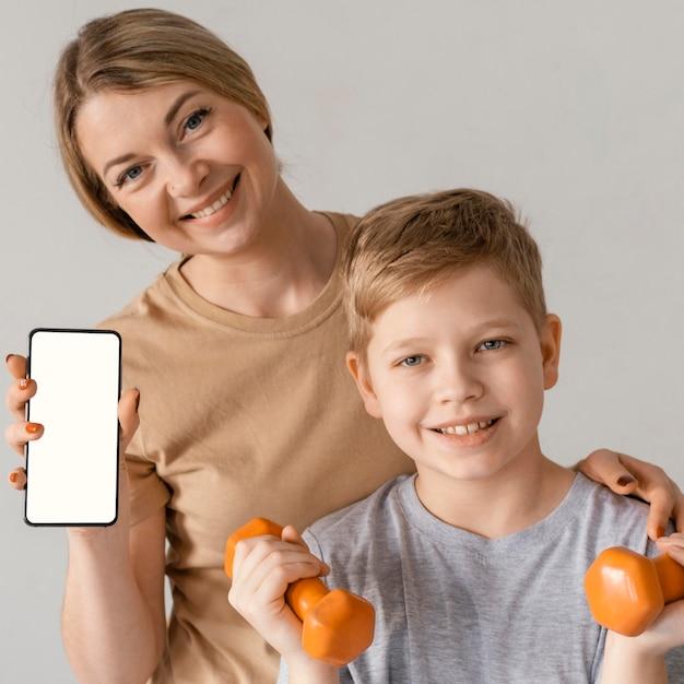 중간 샷 웃는 여자와 아이 무료 사진
