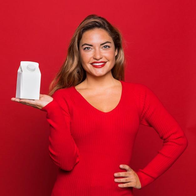 중간 샷 웃는 여자 쥠 컨테이너 무료 사진