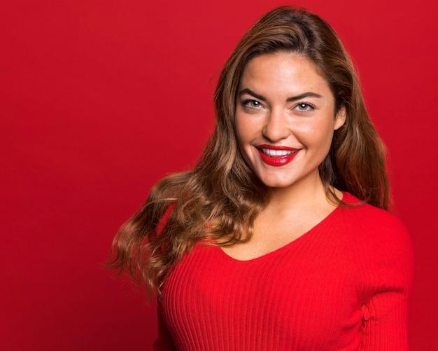 중간 샷 웃는 여자 초상 무료 사진