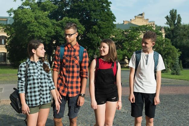 Medium shot of teenage friends going to highschool Free Photo
