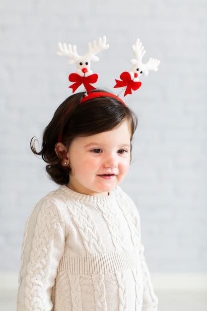 Среднечастотная зимняя одетая маленькая девочка Бесплатные Фотографии