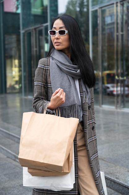 サングラスとバッグでミディアムショット 無料写真