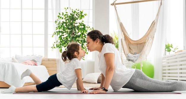 ミディアムショットの女性と子供のトレーニング Premium写真