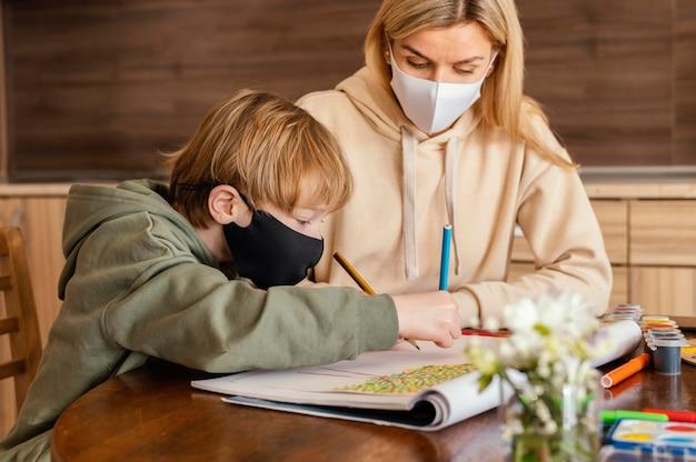 Женщина среднего выстрела и ребенок с маской Бесплатные Фотографии