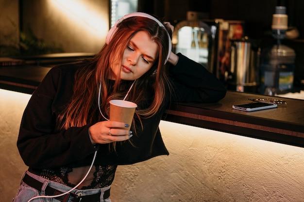 Donna di tiro medio al bar Foto Gratuite