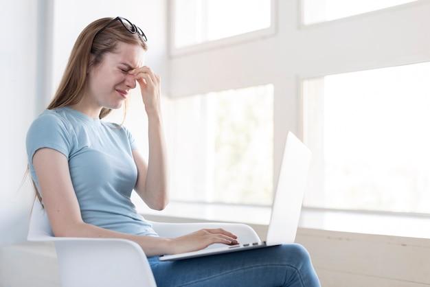 Medium shot woman having a headache Free Photo