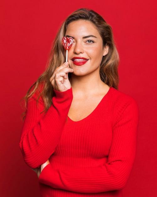 ロリポップを保持しているミディアムショットの女性 無料写真