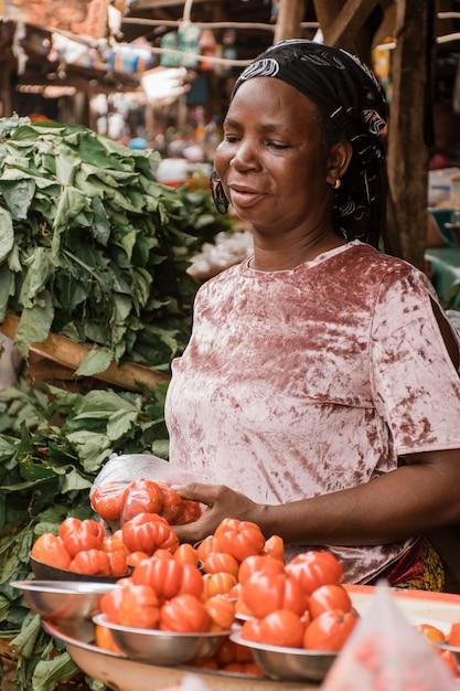 野菜を持っているミディアムショットの女性 無料写真