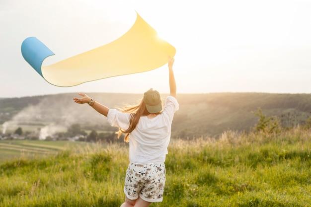 Средний выстрел женщина держит коврик для йоги Бесплатные Фотографии